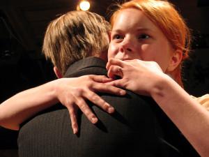 Sandra (Erika Malkki) ja Juho Pekurinen (Aki Palenius) Seppo Parkkisen Sodankieltäjässä. Ohjaus Ari Wirta. Kuva: Timo A. Aalto